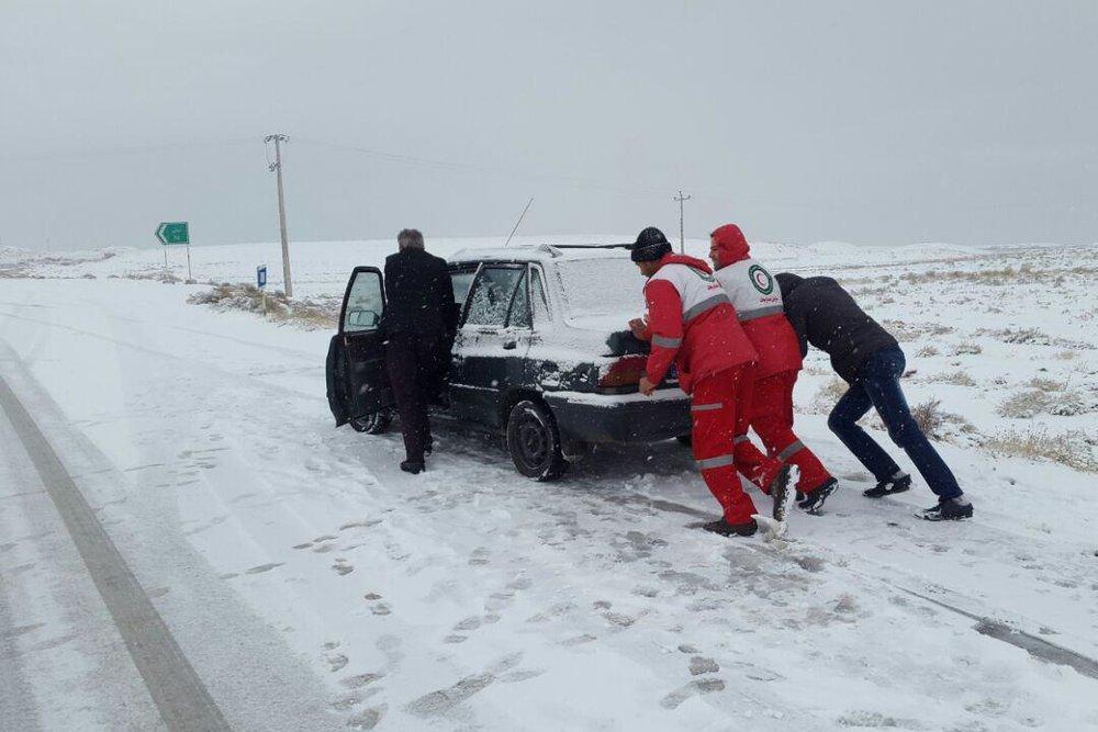 کمک رسانی پانزده تیم امداد و نجات هلال احمر استان در محورهای برفگیر