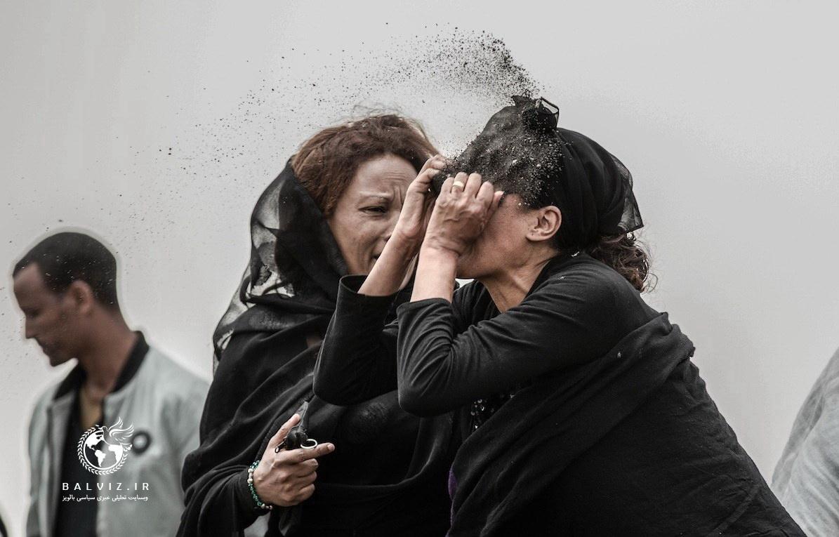 زن عزاداری را به تصویر میکشد که در محل سقوط هواپیمای خطوط هوایی اتیوپی، از غم بر صورت خود خاک میپاشد.