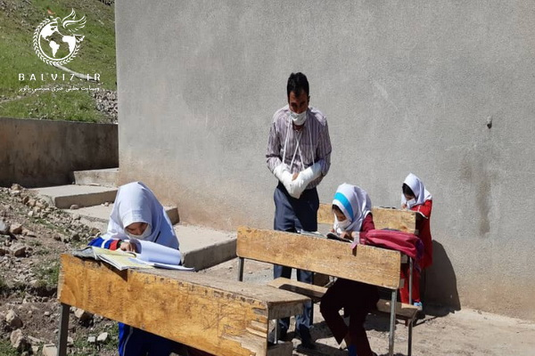 تدریس معلم فداکارهرسینی در استان کرمانشاه بادستهای شکسته در حال تدریس