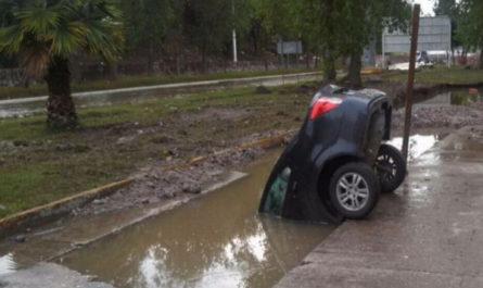 حادثه عجیب واژگونی یک خودرو در جوی آب