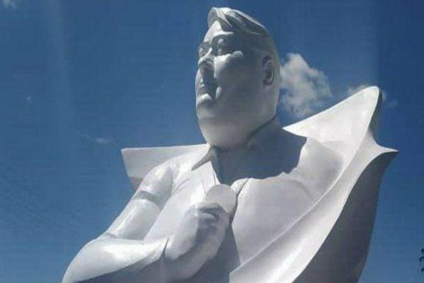 رو نمایی از تندیس زنده یاد سیامند رحمان ابر قهرمان پرافتخارترین پارالمپین