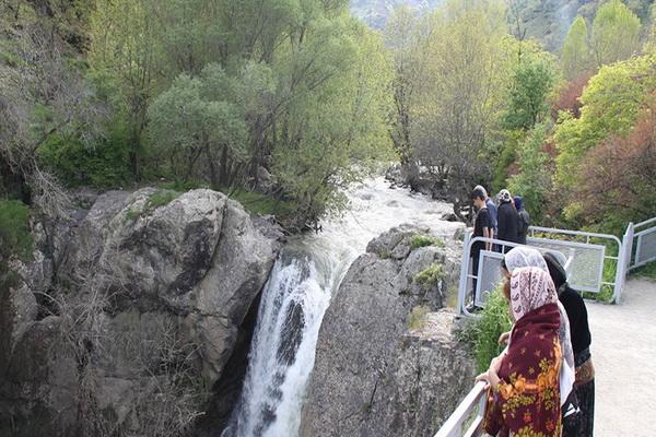 بیتوجهی به تابلوهای ایمنی بلای جان گردشگران در آبشار شلماش سردشت
