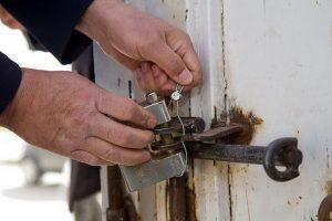دو کارگاه تولید و بسته بندی لوازم بهداشتی و شوینده غیر مجاز در ارومیه پلمپ شدند