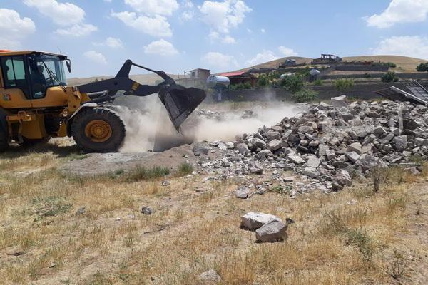 یک واحد غیر مجاز در داخل منطقه حفاظت شده عبدالرزاق شهرستان سقز تخریب شد