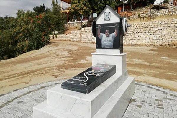 سنگ مزار زنده یاد سیامند رحمان نصب شد