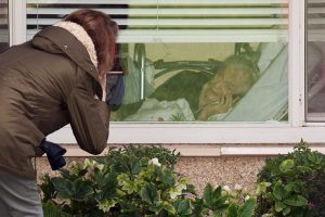 عکس/حرف زدن دختر با مادر کروناگرفتهاش از پشت پنجره