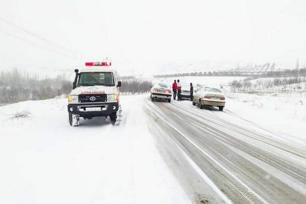 گرفتار شدن بیش از ۱۰۰ نفر در برف و کولاک در آذربایجان غربی