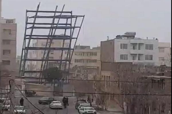 سقوط اسکلت فلزی ساختمان در حال ساخت بر اثر وزش شدید باد