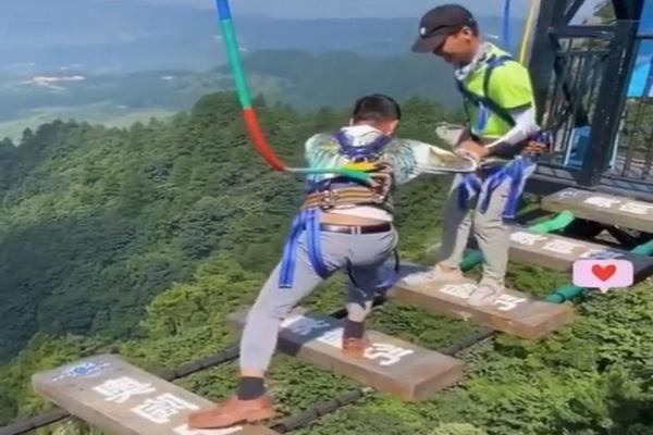 مرد چینی می خواهد بر ترس خود از ارتفاع غلبه کند