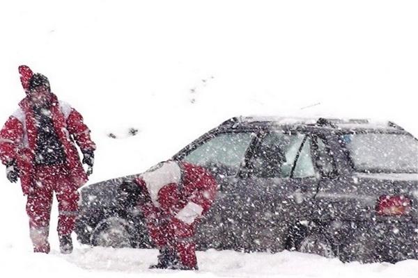 نیروهای هلال احمر آذربایجان غربی به 47 خودروی گرفتار در کولاک و برف امداد رسانی کردند