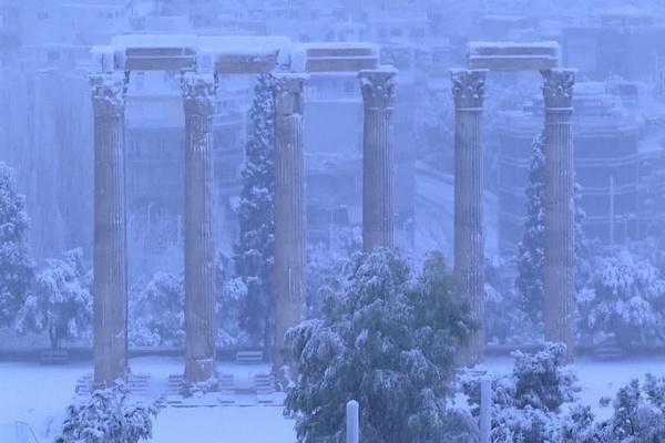 جامه سفید بر تن آثار باستانی آتن
