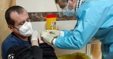 تزریق واکسن کرونا به کارکنان شبکه بهداشت و درمان مهاباد آغاز شد 5